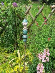 Timo le tuteur de jardin en céramique planté dans un parterre