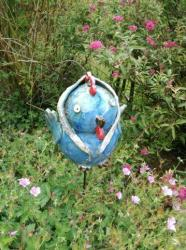 Antoinette, la poule tuteur de jardin