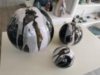3 boules pour déco extérieure noir et blanc, fabrication dorothee artisan potier
