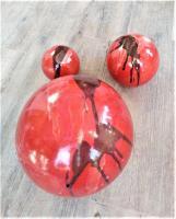 Boules rouges pour déco de jardin en grès, création artisanale