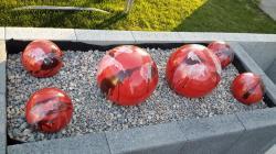 ensemble de boules en grès rouge pour déco extérieure