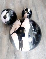 ensemble de boules noires et blanches pour décoration de jardin