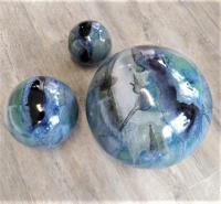 3 boules pour déco extérieure, bleu  noir et blanc, fabrication dorothee artisan potier