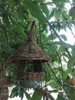 mangeoire à oiseaux céramique et vannerie en osier