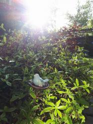 oiseau en grès sur son nid, tuteur de jardin