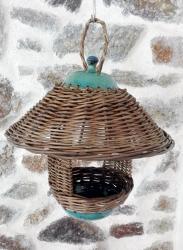 mangeoire à oiseaux avec toit et coupelle en grès, et tressage osier