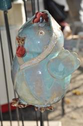 Antoinette, la poule en grès, tuteur de jardin a mis son foulard