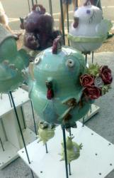 Antoinette, la poule en grès sur tuteur, ave bouquet de fleurs