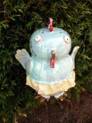 antoinette en jupe, poule en grès tourné émaillé sur tuteur pour décoration extérieure