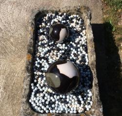 boules noire et blanche pour déco extérieure