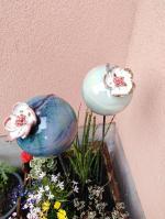 Boule fleur sur tuteur pour déco de jardin