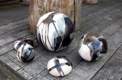 Boules et 2 petits galets en grès noir et blanc