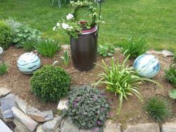 Boules vertes en grès dans le jardin déco