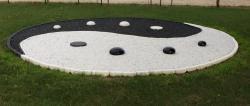 galets noirs et galets blancs en grès pour déco yin et yang extérieure