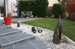 3 boules en grès émaillé noire et blanche pour déco extérieure
