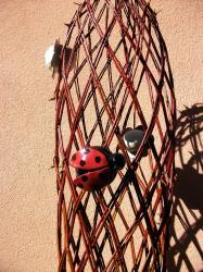 Coccinelle en grès dans sculpture en osier vivant