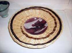 vannerie en osier sur coupe (poterie) en grès émaillé