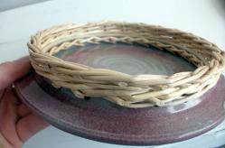 envers d'un dessous de plat en grès associé au tressage en osier