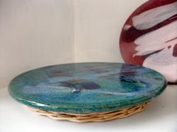 Dessous plat bleu vert en grès tourné avec pied en osier