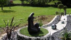 3 boules en grès émaillé dans son jardin zen