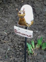escargot en grès sur tige acier, fabriqué par Dorothée Bajeux poterie, artisan potier à Jublains en Mayenne,53, Pays de Loire