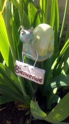 zozo, l'escargot jaune en céramqiue sur tuteur pour l'extérieur