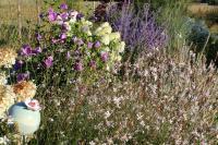tuteur fleur en grès dans son jardin, décoration artisanale française