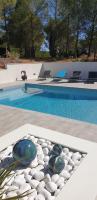 boules devant piscine extérieure