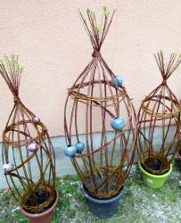sculpture végétale en osier vivant et boules en grés