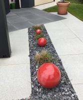 boules rouges en grès pour décorer son extérieur, fabrication artisanale française