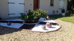 ensemble de 5 boules en grès avec émaux rose, noir et blanc sur des gravillons