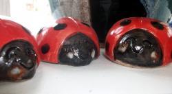 mini coccinelles en grès tourné émaillé pour décorer