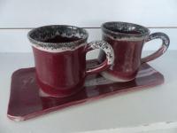 2 mugs sur plateau  en grès avec émail rose, fabrication artisanale