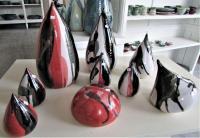 formes gouttes, toupie et galet en grès noir blanc rouge pour déco de jardin