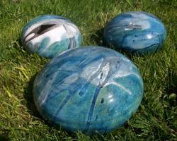 ensemble de boules aplaties en grès pour déco de jardin