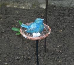 oiseau en grès sur son nid sur tige acier de 500 mm environ