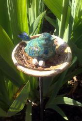 oiseau bleu vert en argile sur tuteur