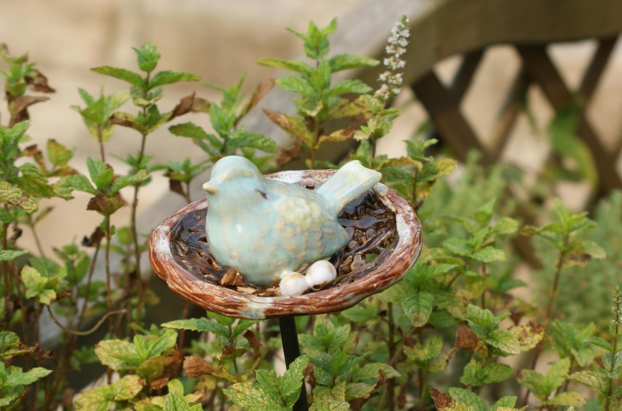 Oiseau sur son nid sur tuteur poterie de jardin en gr s for Deco jardin oiseau metal
