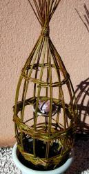 oiseau en grès dans sa cage d'osier vivant