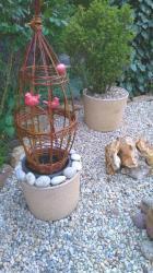 tressages en pots en osier vivant et oiseaux rouges en grès
