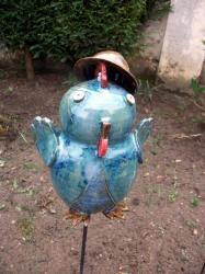 Antoinette, la poule au chapeau, en grès tourné émaillé pour décoration extérieure