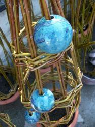 tressage d'osier vivant avec 3 boules bleues-vertes