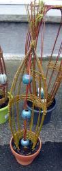 Tressage ouvert en osier vivant avec boules en grès tourné