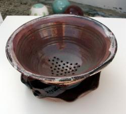 passoire rose en grès tourné par Dorothée Bajeux poterie, artisan potier en Mayenne