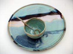 plat vert rond en grès tourné par Dorothée Bajeux, potier