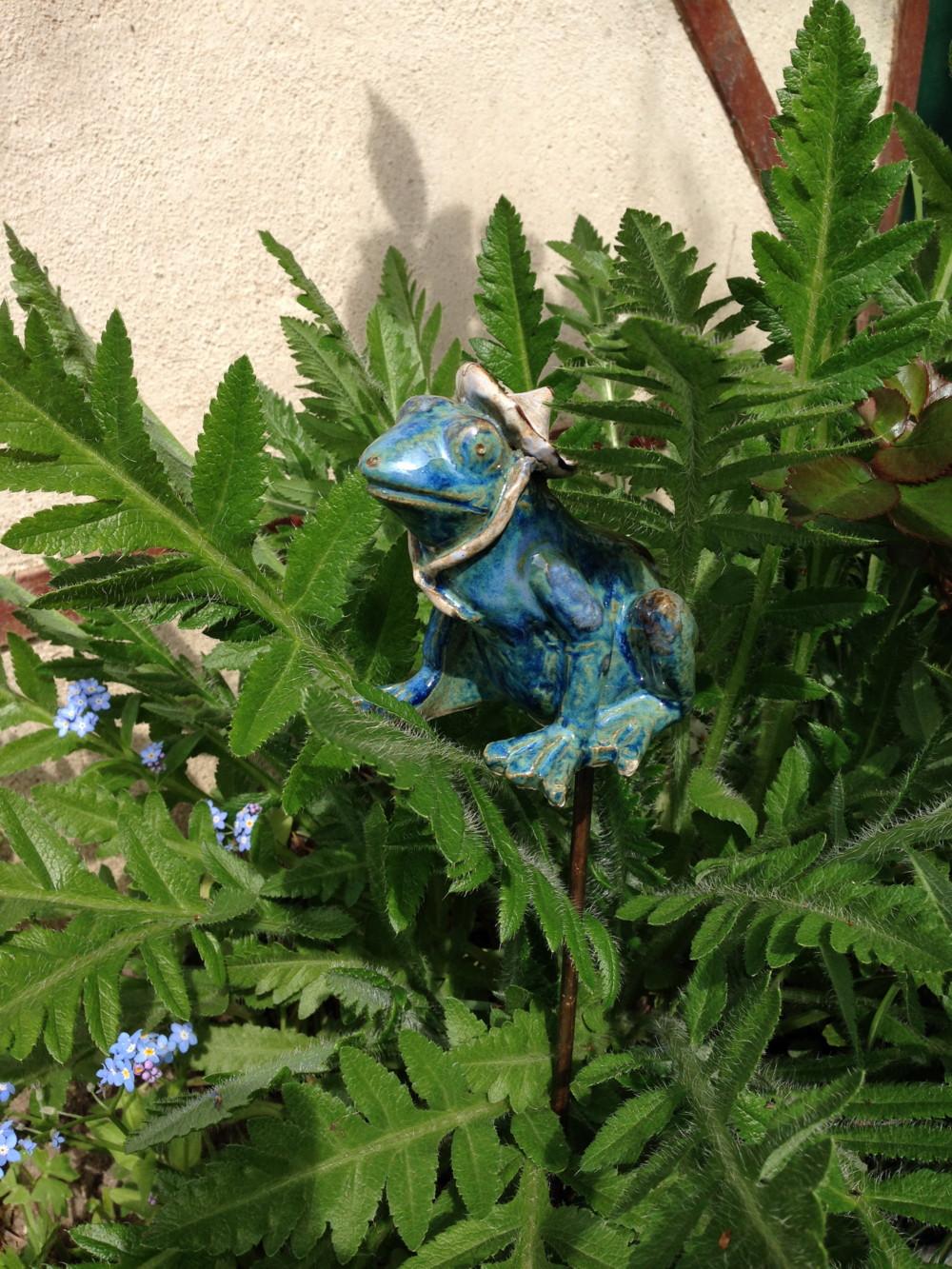 Popie le tuteur grenouille en gr s maill pour la d coration for Decoration jardin grenouille