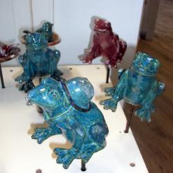 Les grenouilles en grès sur leur tuteur pour la décoration extérieure