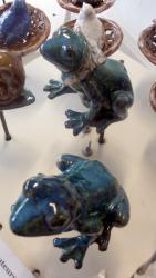 Popie, la grenouille tuteur pour le jardin, en grès émail bleu