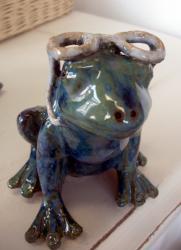 Popie lunette bleue, grenouille en grès pour déco de jardin