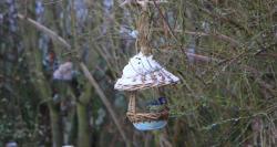 mangeoire à oiseaux créée par Dorothée, potier, sous la neige